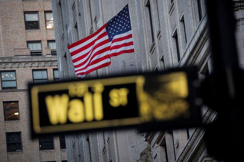 Биржевые индексы NASDAQ и S&P 500 в течение 10 февраля немного снизились
